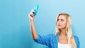 Mujer joven que toma un selfie Imagen de archivo libre de regalías