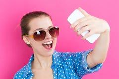 Mujer joven que toma un selfie Fotos de archivo libres de regalías