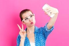 Mujer joven que toma un selfie Fotografía de archivo libre de regalías