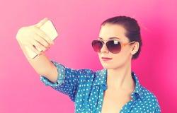 Mujer joven que toma un selfie Fotografía de archivo