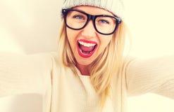 Mujer joven que toma un selfie Imagenes de archivo