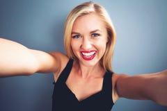 Mujer joven que toma un selfie Fotos de archivo