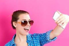 Mujer joven que toma un selfie Imágenes de archivo libres de regalías
