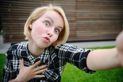 Mujer joven que toma un selfie del aire libre imagen de archivo libre de regalías