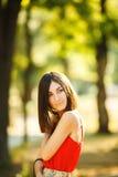 Mujer joven que toma un Selfie en parque Fotografía de archivo