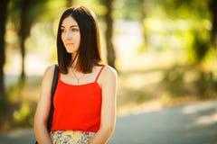 Mujer joven que toma un Selfie en parque Imagenes de archivo