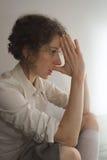 Mujer joven que toma una decisión Fotos de archivo