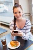 Mujer joven que toma una foto de su almuerzo Fotos de archivo libres de regalías