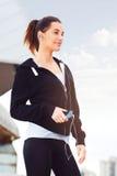 Mujer joven que toma una rotura del ejercicio afuera Fotos de archivo