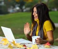 Mujer joven que trabaja al aire libre Foto de archivo