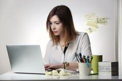 Mujer joven que trabaja con el ordenador Foto de archivo
