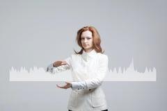Mujer joven que trabaja con la carta del gráfico Tecnologías futuras para el negocio, concepto del mercado de acción Foto de archivo libre de regalías