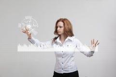 Mujer joven que trabaja con la carta del gráfico Tecnologías futuras para el negocio, concepto del mercado de acción Imagenes de archivo