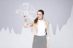 Mujer joven que trabaja con la carta del gráfico Tecnologías futuras para el negocio, concepto del mercado de acción Imágenes de archivo libres de regalías