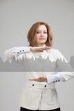 Mujer joven que trabaja con la carta del gráfico Tecnologías futuras para el negocio, concepto del mercado de acción Imagen de archivo libre de regalías