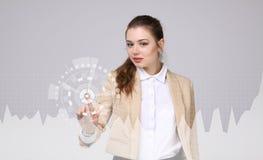 Mujer joven que trabaja con la carta del gráfico Tecnologías futuras para el negocio, concepto del mercado de acción Imagen de archivo