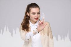 Mujer joven que trabaja con la carta del gráfico Tecnologías futuras para el negocio, concepto del mercado de acción Fotos de archivo libres de regalías