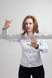 Mujer joven que trabaja con la carta del gráfico Tecnologías futuras para el negocio, concepto del mercado de acción Foto de archivo