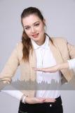 Mujer joven que trabaja con la carta del gráfico Tecnologías futuras para el negocio, concepto del mercado de acción Fotografía de archivo