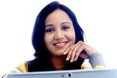 Mujer joven que trabaja con la tableta Imagen de archivo