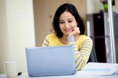 Mujer joven que trabaja con la tableta Imágenes de archivo libres de regalías