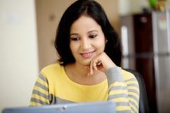 Mujer joven que trabaja con la tableta Fotografía de archivo