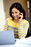 Mujer joven que trabaja con la tableta Fotos de archivo libres de regalías