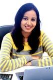 Mujer joven que trabaja con la tableta Fotos de archivo