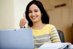 Mujer joven que trabaja con la tableta Imagen de archivo libre de regalías