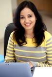 Mujer joven que trabaja con la tableta Foto de archivo libre de regalías