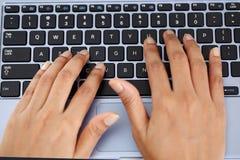 Mujer joven que trabaja con la tableta Foto de archivo