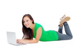 Mujer joven que trabaja en el ordenador portátil Imagenes de archivo