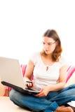 Mujer joven que trabaja en la computadora portátil en el país Fotos de archivo libres de regalías