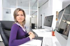 Mujer joven que trabaja en la oficina Imagen de archivo