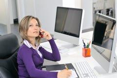 Mujer joven que trabaja en la oficina Fotografía de archivo libre de regalías