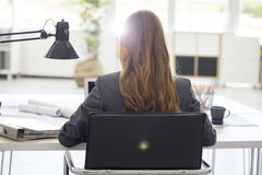 Mujer joven que trabaja en oficina foto de archivo libre de regalías