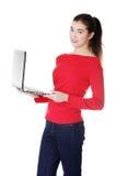 Mujer joven que trabaja en su ordenador portátil Foto de archivo libre de regalías