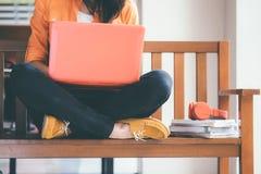 Mujer joven que usa el ordenador imágenes de archivo libres de regalías