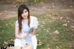 Mujer joven que usa el ordenador del tacto de la tablilla Fotos de archivo
