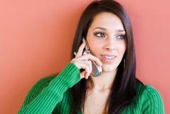 Mujer joven que usa el teléfono celular Imágenes de archivo libres de regalías
