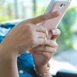 Mujer joven que usa el teléfono elegante móvil Fotos de archivo