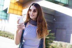 Mujer joven que usa el teléfono móvil Fotografía de archivo libre de regalías