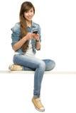 Mujer joven que usa el teléfono móvil Fotografía de archivo