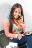 Mujer joven que usa el teléfono móvil Foto de archivo libre de regalías