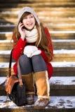 Mujer joven que usa el teléfono móvil al aire libre Imágenes de archivo libres de regalías