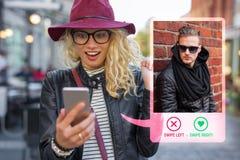 Mujer joven que usa fechando el app en el teléfono móvil fotos de archivo