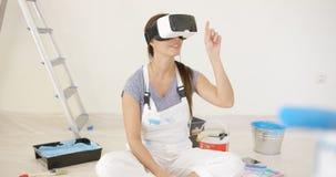 Mujer joven que usa gafas de la realidad virtual Fotos de archivo libres de regalías