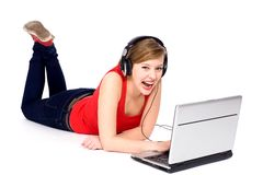 Mujer joven que usa la computadora portátil Imágenes de archivo libres de regalías