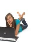 Mujer joven que usa la computadora portátil Fotos de archivo