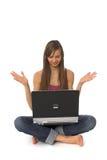 Mujer joven que usa la computadora portátil Imagen de archivo